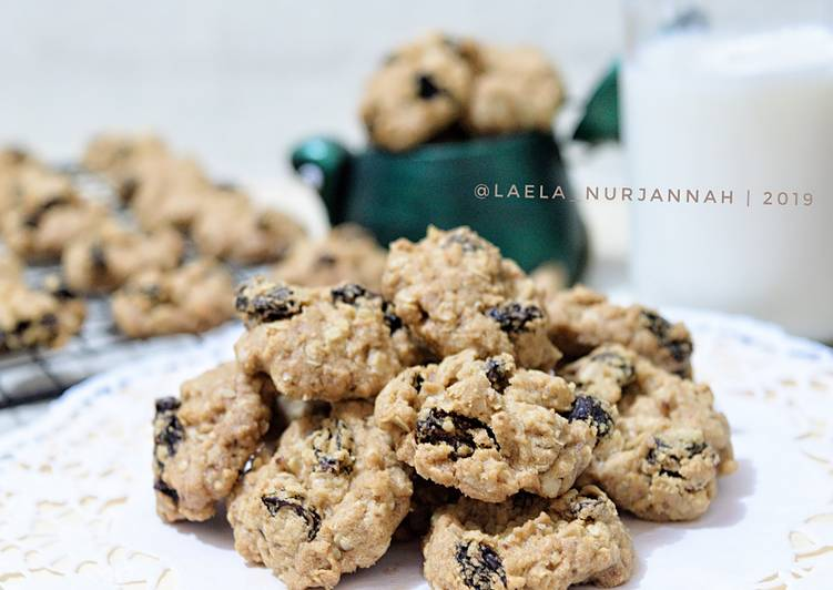 Crunchy oatmeal raisin cookies