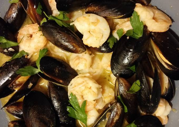Mussels & Shrimp with garlic & white wine