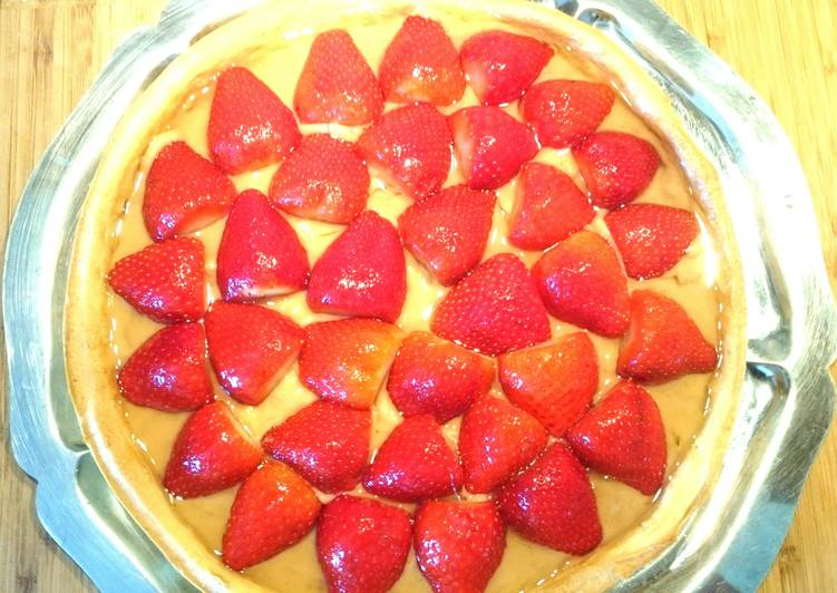 French strawberries pie with vanilla cream