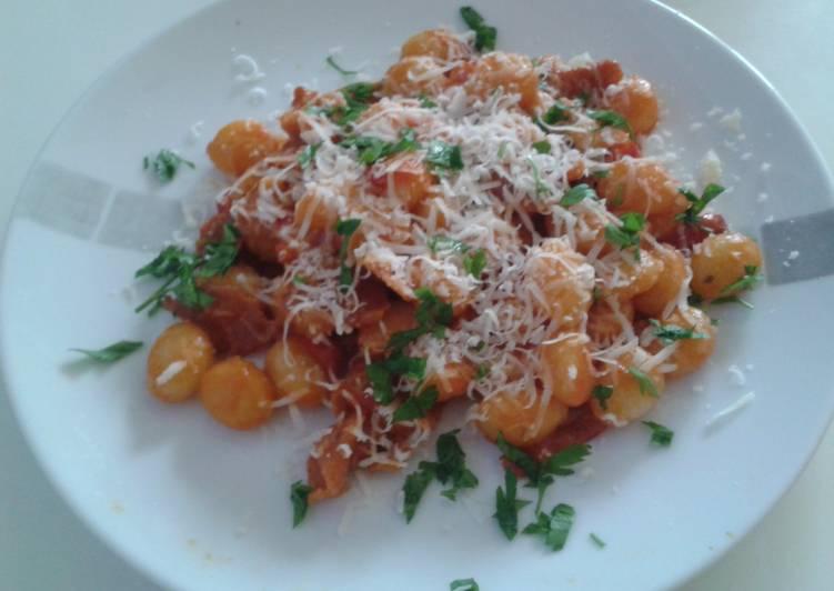 Gnocchi with red pepper and prosciutto