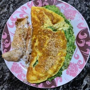 Filet de merluza al horno con omelette relleno con brócoli