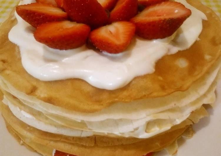 Pastel de crepas de fresas con crema