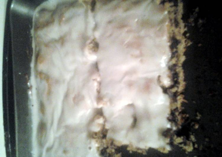 chocalate chip cookie cake with powdered sufar icing