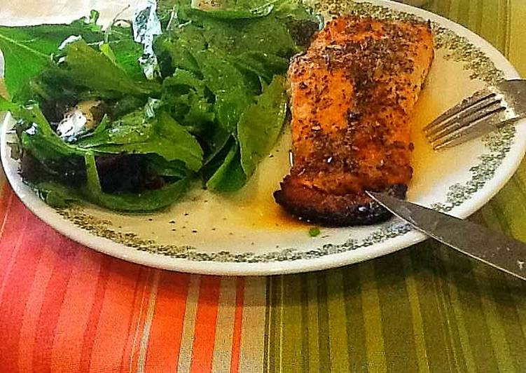 How to Make Tasty Baked Salmon With Spinach Salad