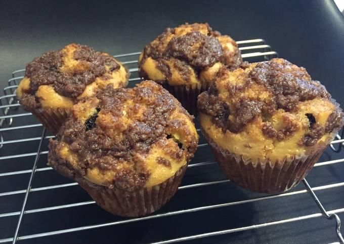 Banana choco chips muffin with cinnamon crumble