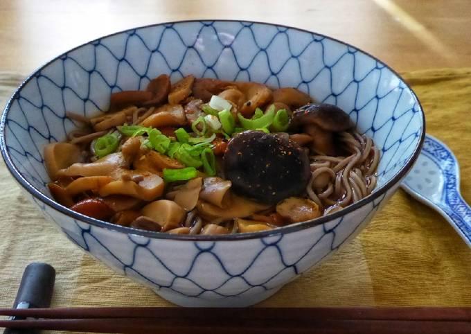 Soba-Nudelsuppe mit Pilzen (Kinoko soba)