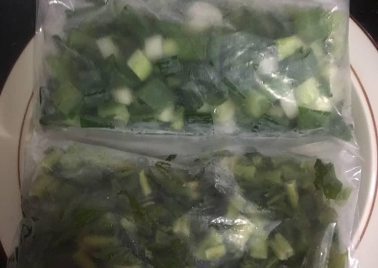 Tips menyimpan daun bawang dan seledri