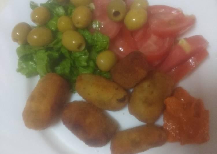 Croquetas de sancocho con ensalada y mojo de almendras