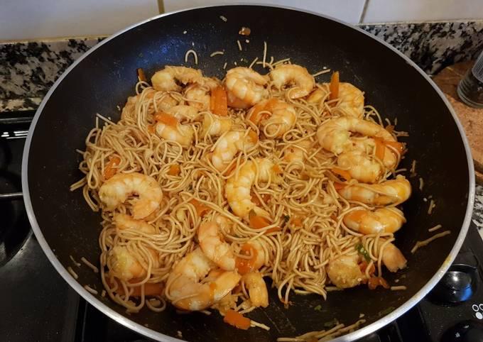 Nouilles chinoises sautées aux crevettes au wok