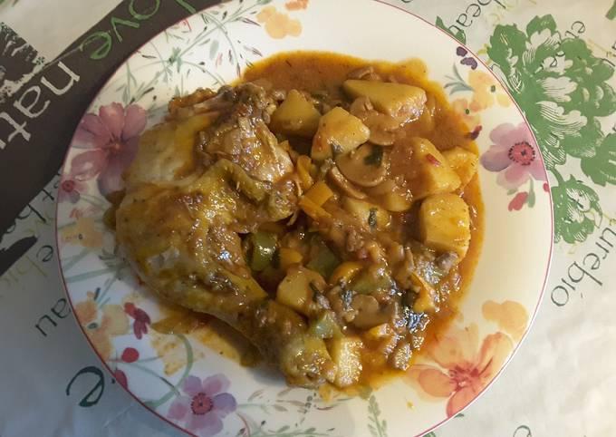 Cuisses de poulet au paprika fort, sauce tomates et légumes