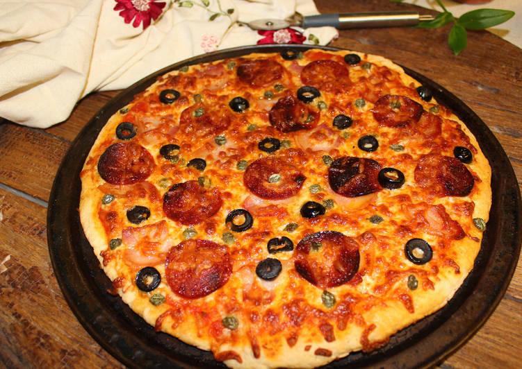 Pizza de pepperoni y panceta con masa de pizza rápida