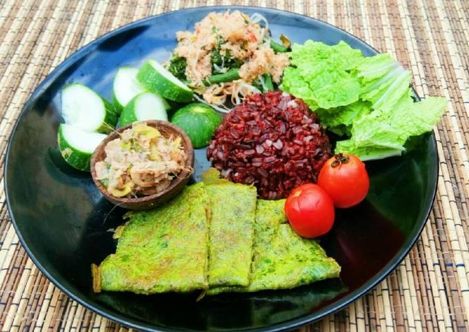 Menu diet (nasi hitam, urap, botok udang, telur sayur)