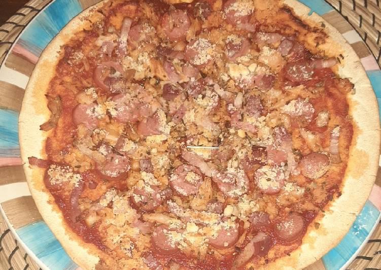 Pizza de salchichas bacon y pollo horneado