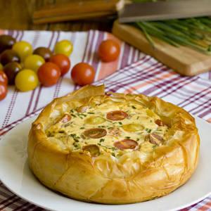 Tartaleta crujiente de queso y tomatitos de colores