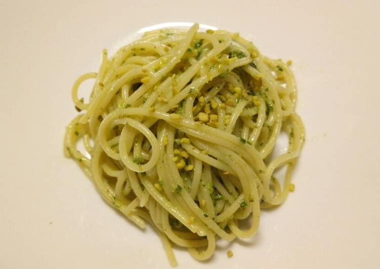Spaghetti with walnut and pistachio pesto
