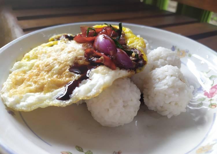 Telur keju dengan nasi kepal dan sambal kecap