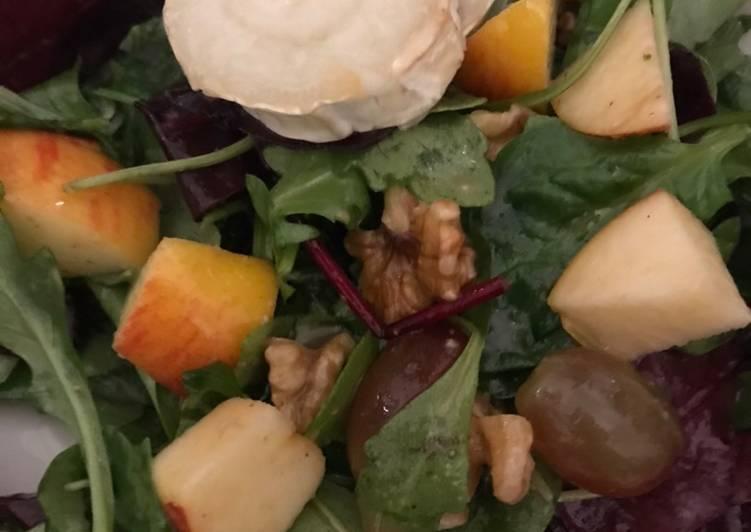 Wintersalat mit Äpfeln, Weintrauben, Walnüssen und Ziegenkäse aus dem Ofen