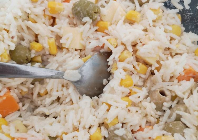 Salade de riz maïs olives carrés d emmental et mimolette 🧀