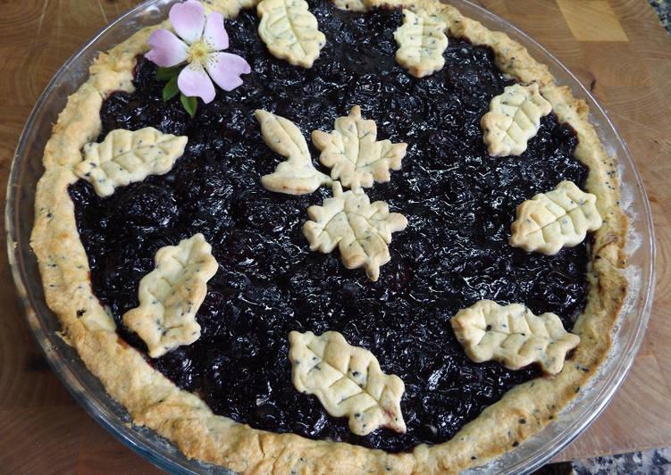 Tarta crocante de cerezas y arándanos azules