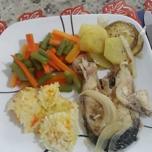 Filet de pescado al vapor con vegetales arroz y papita al horno