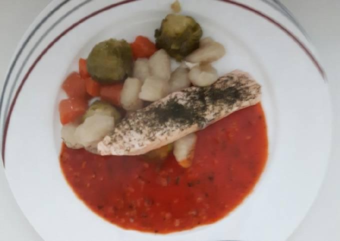 Lachs auf Rosenkohl und Gnocchi (glutenfrei) mit Tomatensauce
