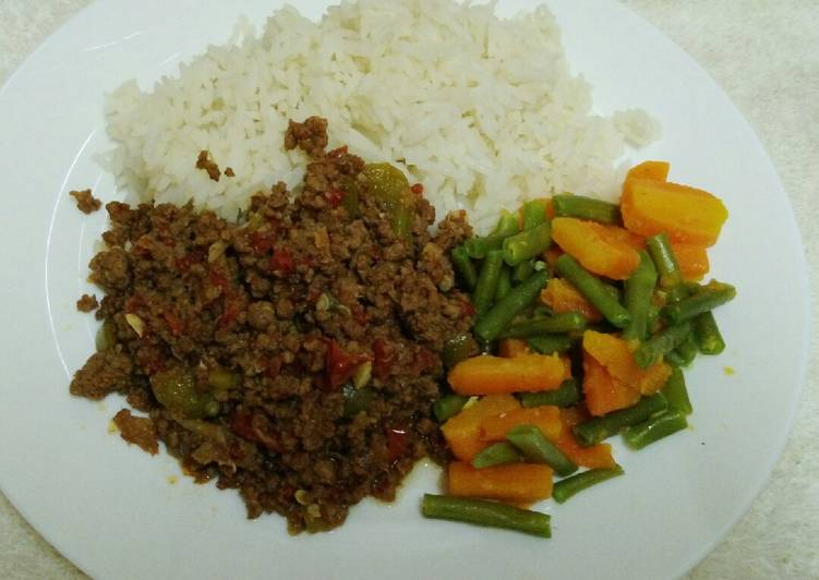 Minced beef served with boiled green beans, carrots and rice