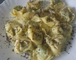 Tortellini rellenos de queso y espinacas con albahaca
