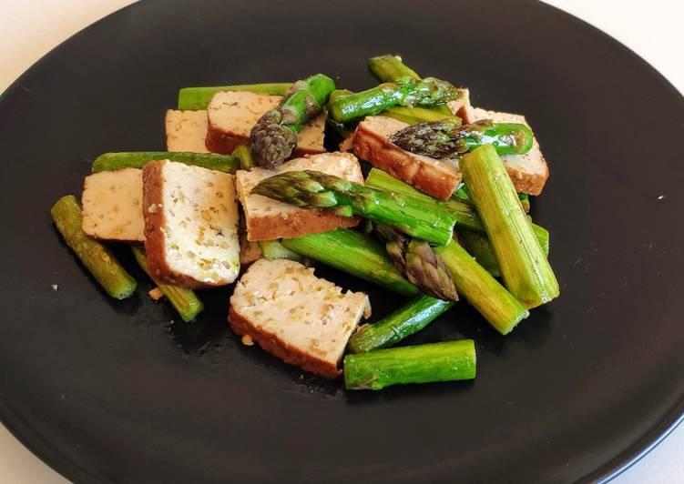 Poêlée d'asperges et de tofu fumé amande et sésame (vegan)