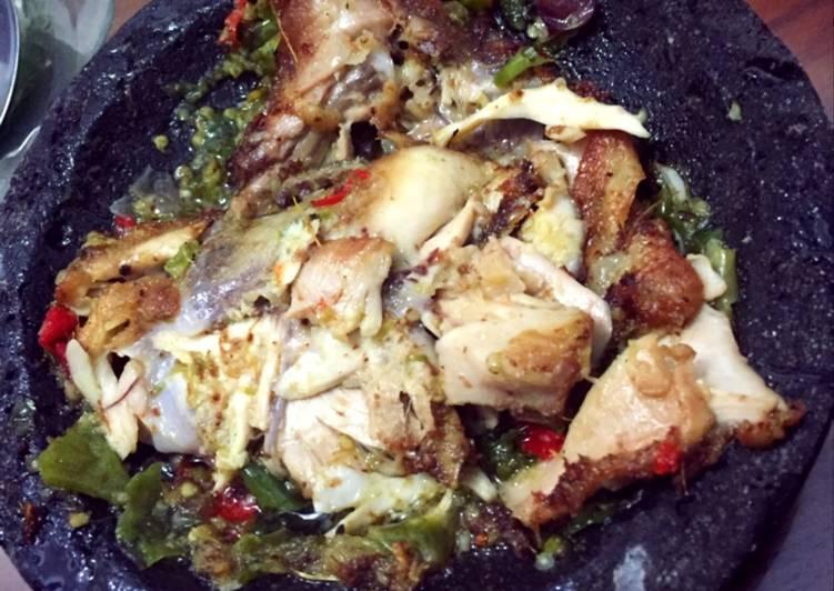 Ayam geprek sambal hijau
