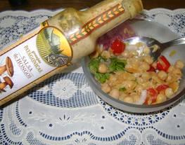 Variedad de ensalada de bacalao y garbanzos