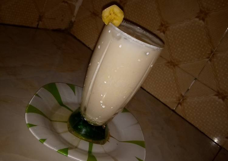 Healthy oats and banana smoothie