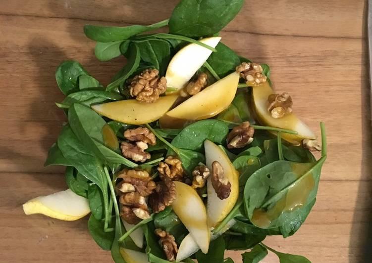 Spinatsalat mit Birne, Speck, Walnüssen und Schimmelkäse
