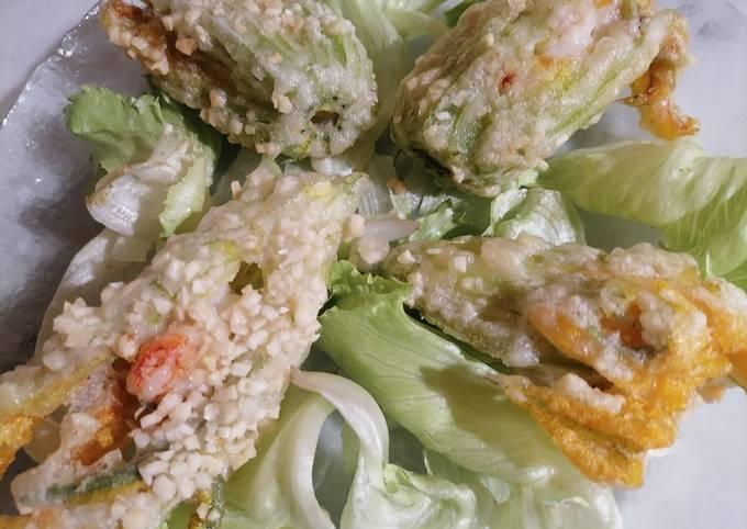 Fiori di zucca ripieni di gambero panati con granella di mandorle e fritti in pastella