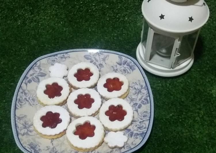 Galletas de mantequilla y mermelada de fresa