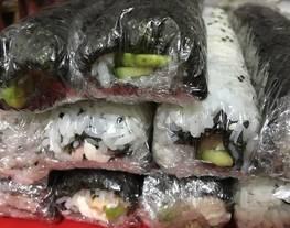 Norimaky (rollo con el alga cubriéndolo) y uramaky (con el alga por dentro) - Sushi
