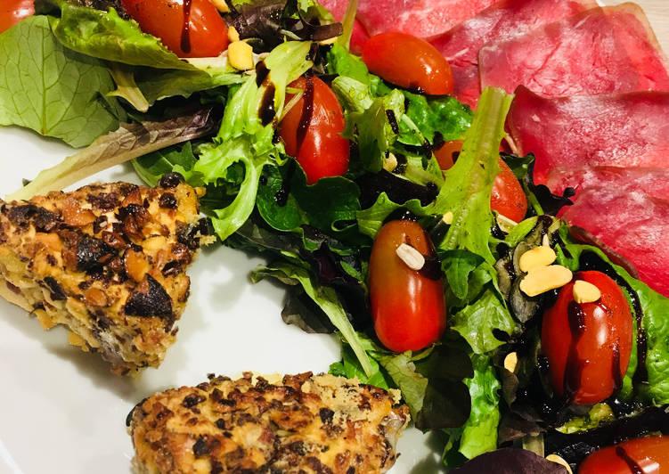 Recette: Délicieux Camembert grillé aux Noix et Noisettes accompagné d'une salade croquante et viande de grison