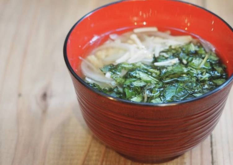 Japanese-style volumetrics soup made with moroheiya and mushrooms