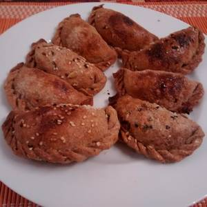 Empanadas con relleno de porotos y verduras salteadas