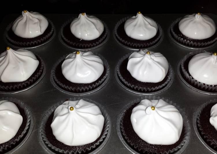 dark chocolate cupcakes w/ marshmallow frosting! yummmy :))