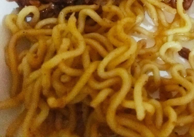 Mie goreng (biasanya di makan bersama pecel)