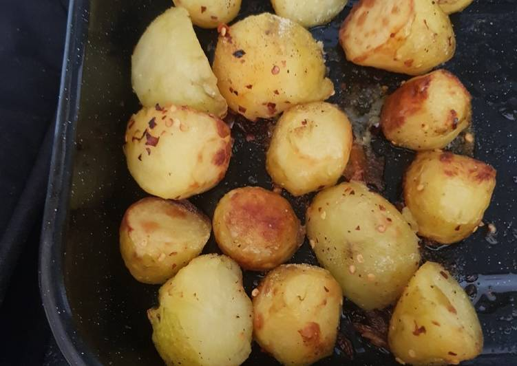Roast potatoes with chilli flakes