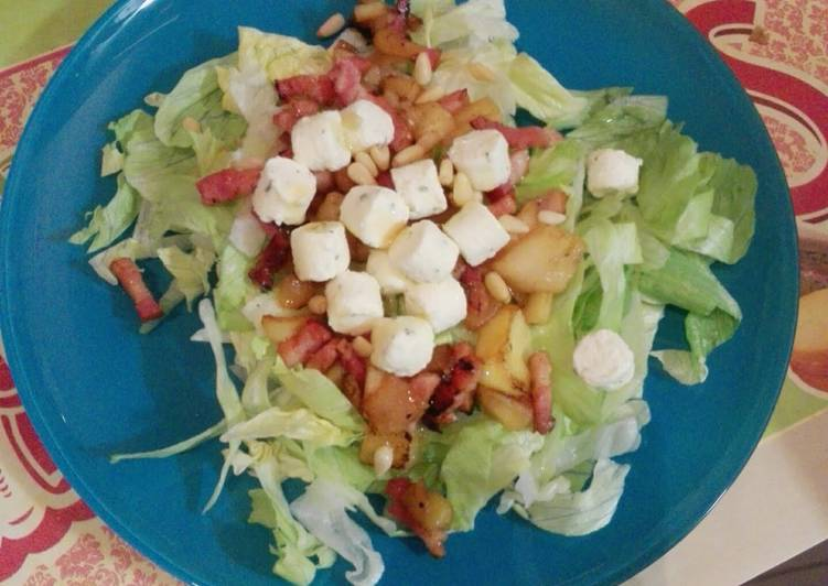 Easy and tasty salad with apple, bacon and boursin