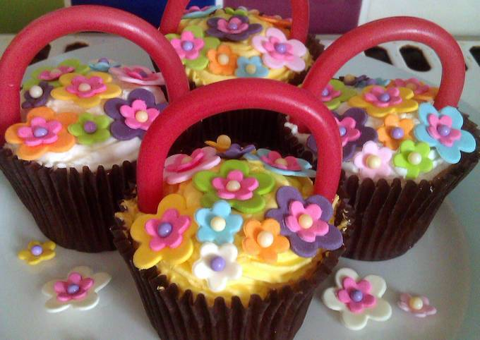 Vickys Easter Baskets / Mothers Day Cupcakes (A Decorating Idea)