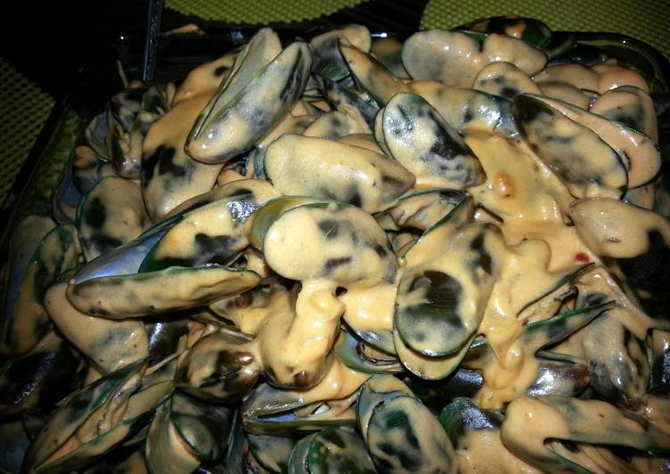 Spicy Cream and Cheese Mussels
