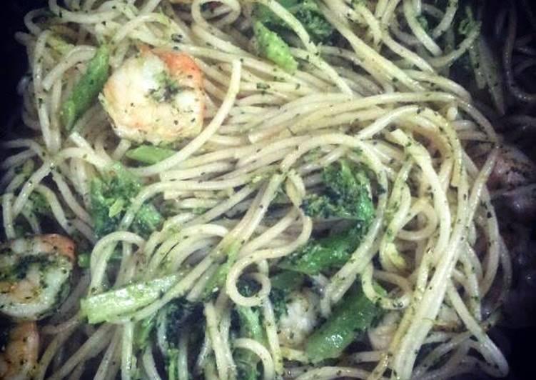 Spaghetti with garlic prawns and broccoli