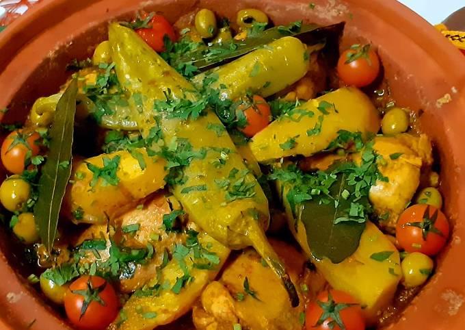 Tajine marocain au poulet, légumes et olives