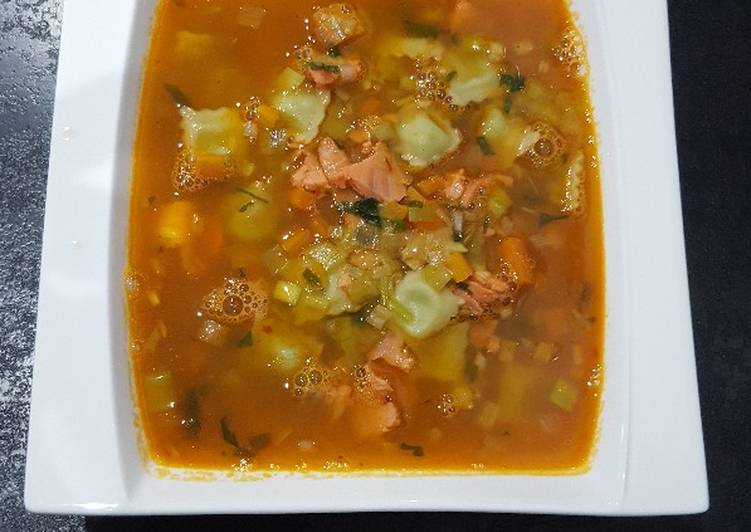 Comment Servir Bouillon aromatique aux ravioles, saumon et crevettes