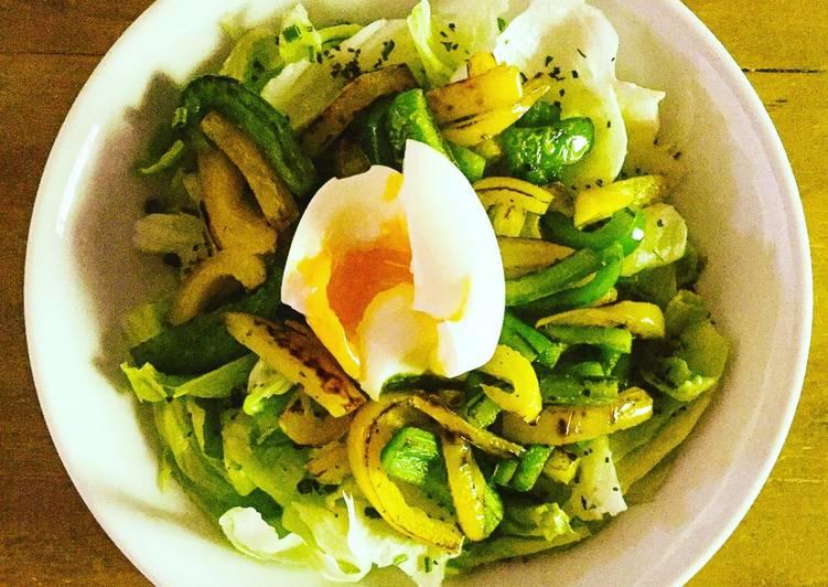 Salade de poivron jaune/vert et œuf mollet