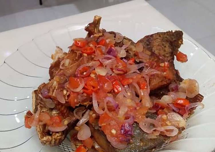 Kepala kakap goreng sambal dabu-dabu