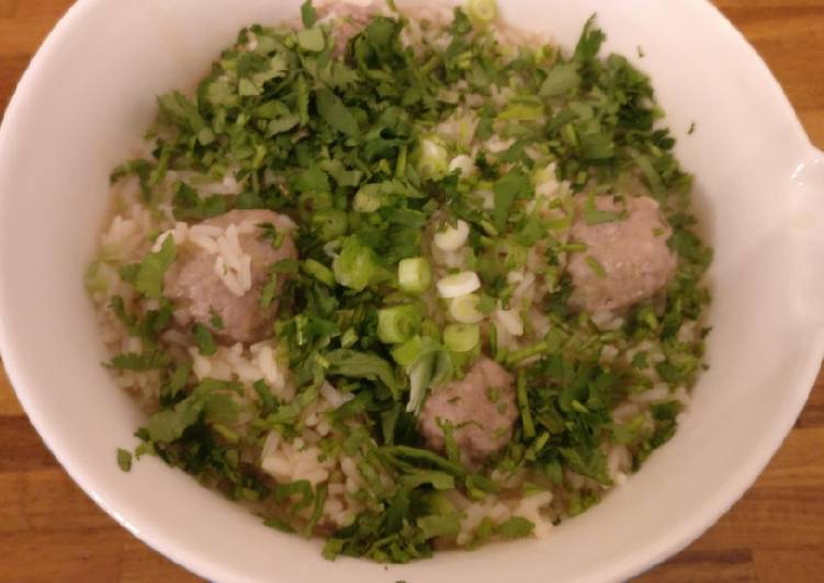 Khao Tom Moo (pork meatballs in broth with rice)